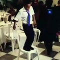Oh la classe ! Cet enfant qui danse est un exemple de confiance en soi... Trop fort petit gars !