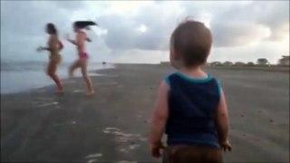 Il n'y a pas d'âge pour regarder les filles sur la plage
