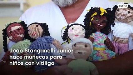 Abuelo tejedor crea muñecas con vitiligo para enseñar a los niños positividad corporal