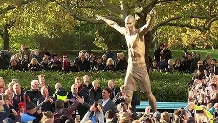 Vea a Zlatan Ibrahimovic y su estatua a pecho descubierto recién inaugurada en Malmo