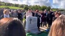 Il laisse un message audio pour son enterrement et c'est très drôle
