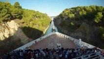 Cet énorme navire traverse le canal très étroit de Corinthe en Grèce... Impressionnant