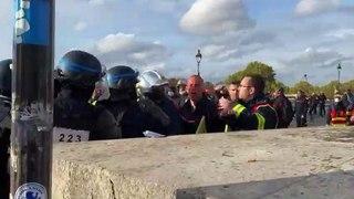 Vidéo : un policier vient en aide à un pompier gazé lors de la manifestation des soldats du feu