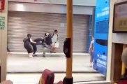 Un manifestant met un high-kick à un policier à Hong Kong