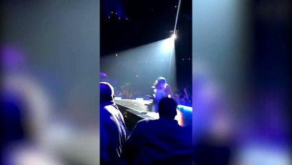 Lady Gaga se cae del escenario mientras un fan la agarraba