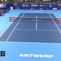 Wawrinka sees off Simon in three sets