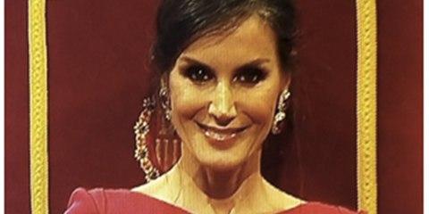 La enigmática sonrisa de la Reina Letizia mirando a cámara en los Princesa de Asturias