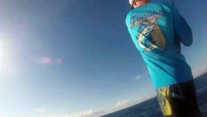 Il tombe sur un requin en plongeant pour de la pêche sous-marine !