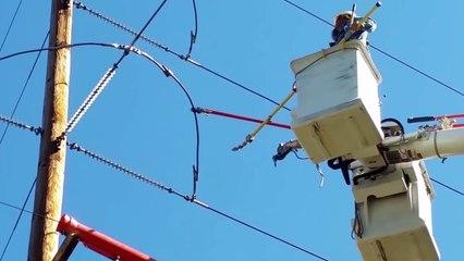 Un ouvrier se fait frôler par un arc électrique impressionnant... Chanceux