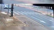 Na contramão: Câmera registra motorista atingindo poste, após atropelar ciclistas na Av. Brasil