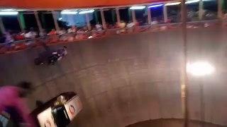 Ces voitures et motos roulent à la verticale sur un mur circulaire !