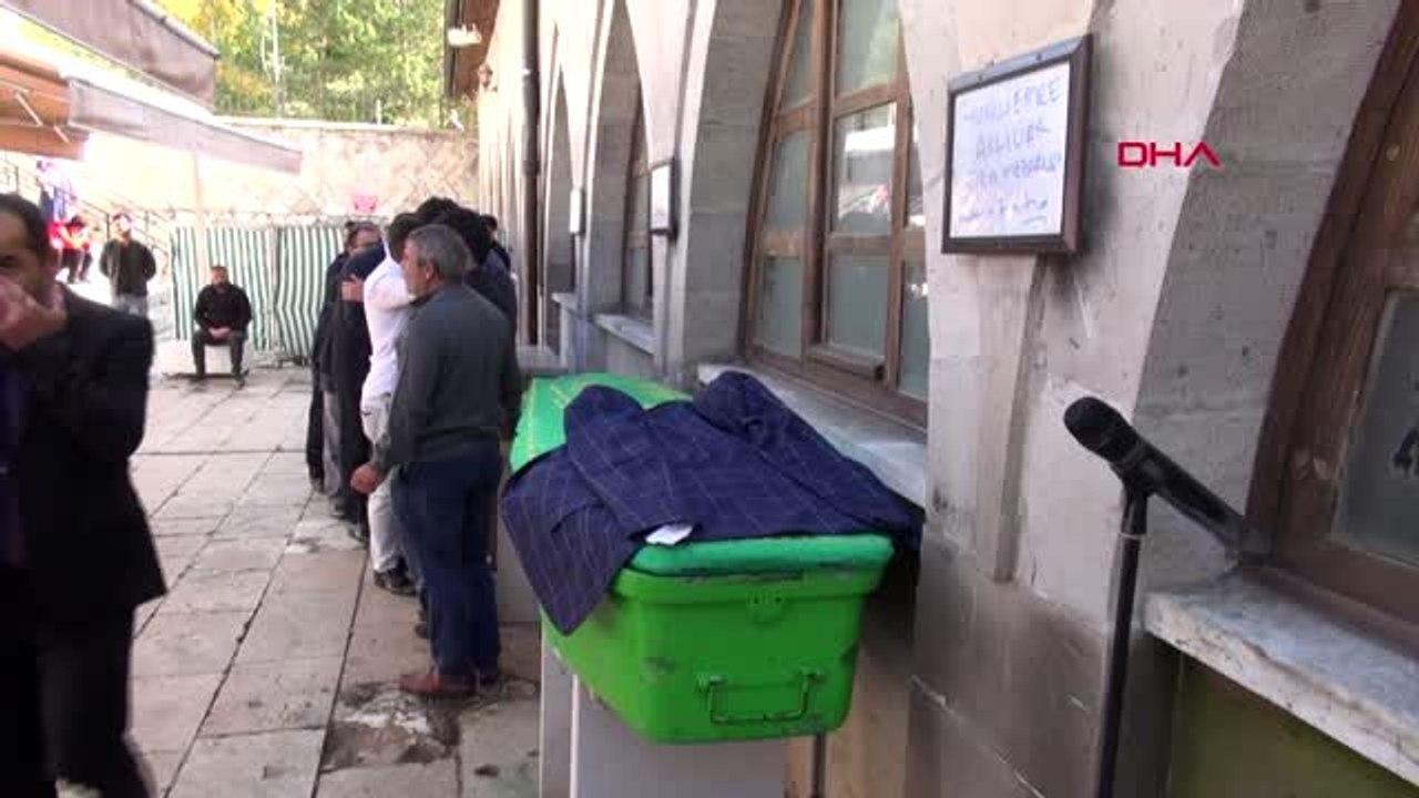 Sivas bıçaklanarak öldürülen liseli emre toprağa verildi - Dailymotion Video