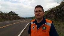 Un homme est interviewé sur l'efficacité des ralentisseurs mis en place sur une route