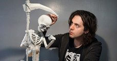 Le travail de ce sculpteur, filmé en stop motion, est impressionnant !