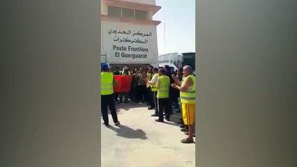 سائقو الشاحنات يحتجون على غلق معبر الكركرات الحدودي