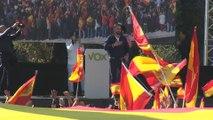 Vox llena la plaza de Colón donde muestra una bandera kilométrica
