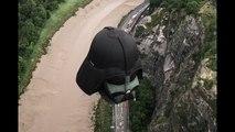 Cette montgolfière Dark Vador vole au-dessus de Britsol en Angleterre