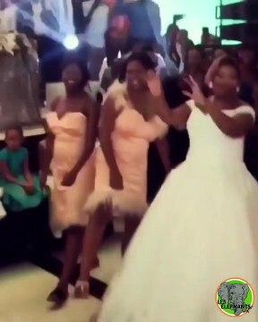 Team de choc ! Cette mariée et ses demoiselles d'honneur font quelque chose d'innoubliable