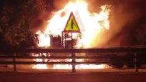 고속도로 달리던 차량 화재 잇따라...사다리차 부러져 차량 덮쳐 / YTN