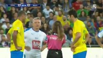 Une arbitre avertit le joueur de foot, Kaka... et prend un selfie en plein match !