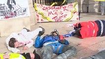 """Retraites: à Paris, """"scène de crime"""" sur les marches de l'Opéra pour dénoncer la réforme"""