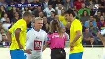 Quand l'arbitre met un jaune à Kaka pour prendre un selfie !