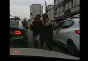 Un manifestant arrêté par la police réussit à s'échapper grâce à l'oubli de la sécurité enfant