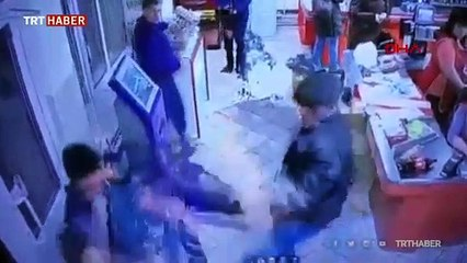 Oyuncak silahla soygun girişimini müşteriler önledi