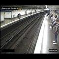 Distraite par son téléphone, une femme tombe sur les rails