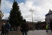 Saverne : le sapin de Noël trône sur la place du château