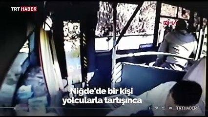 Hareket halindeki otobüsün şoförünü tekmeledi