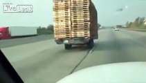 Un automobiliste croise une remorque qui roule toute seule sur l'autoroute !