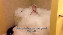 Cet enfant a mis trop de shampoing dans son bain... ça mousse fort