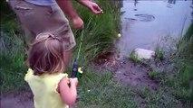 Une fillette traumatisée par le poisson qu'elle vient de pecher... Grosse frayeur