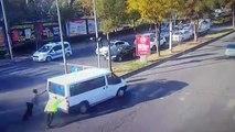 Arızalanan minibüsün polisin yardımıyla yol kenarına itilme anı güvenlik kamerasında
