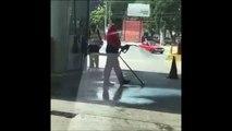 Cet employé de station service utilise la pompe à essence comme jet d'eau...