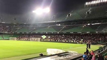 La afición del Betis canta contra Joaquín Caparrós