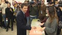 Errejón deposita su voto en su colegio electoral