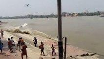 Les grandes marées dans le Gange en Inde sont impressionnantes