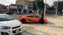 Le démarrage de cette Lamborghini effraye une fillette !