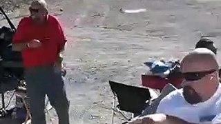 Ils s'amusent à faire exploser des pneus et ont failli y passer... Chanceux
