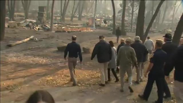 Trump visita la localidad californiana de Paraíso tras ser arrasada por las llamas
