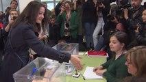 La presidenta de la mesa en la que vota Arrimadas le niega el saludo