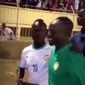 Communion avec les supporters, tout heureux Sadio Mané esquisse des pas de danse