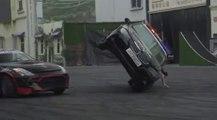 VÍDEO: ¡WTF! Un tipo sujeta con una mano un coche a dos ruedas mientras otro da vueltas sobre él driftando