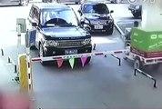 Un conducteur chinois devient fou et détruit la barrière d'un parking à coup de pelle