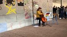 L'Hymne à la joie, au pied de la reconstitution du Mur de Berlin