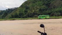 Un conducteur de bus scolaire prend beaucoup de risques pour traverser une rivière en crue... Risqué