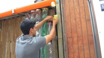 Wand aus Plastikflaschen verändert das Leben der Menschen