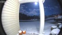 La caméra sous le porche de cette maison filme une incroyable chute de météorite dans le Missouri